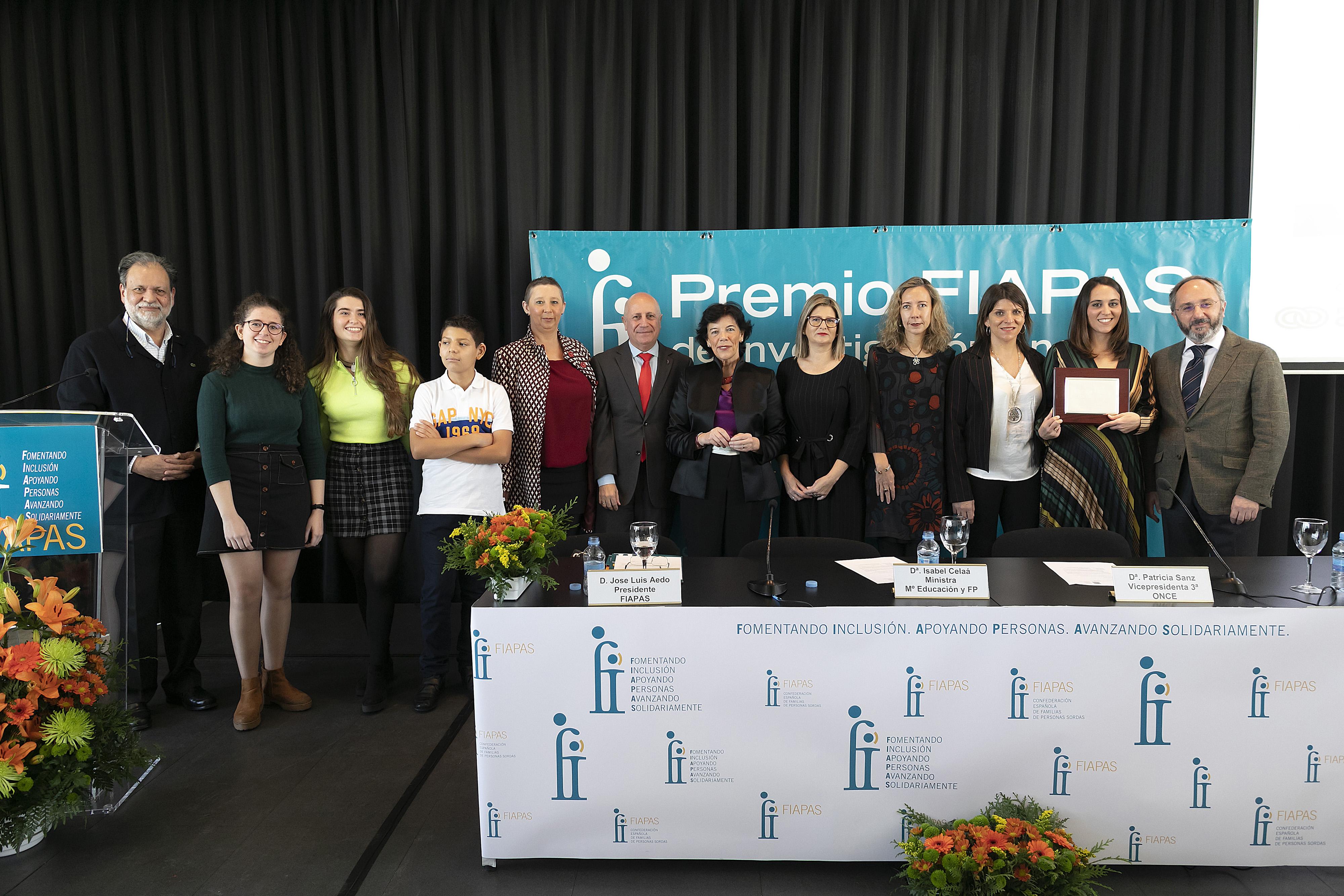 La ministra de Educación en el medio de la foto, con los miembros de la Junta Directiva de FIAPAS, los autores premiados y los niños y jóvenes conductores del acto