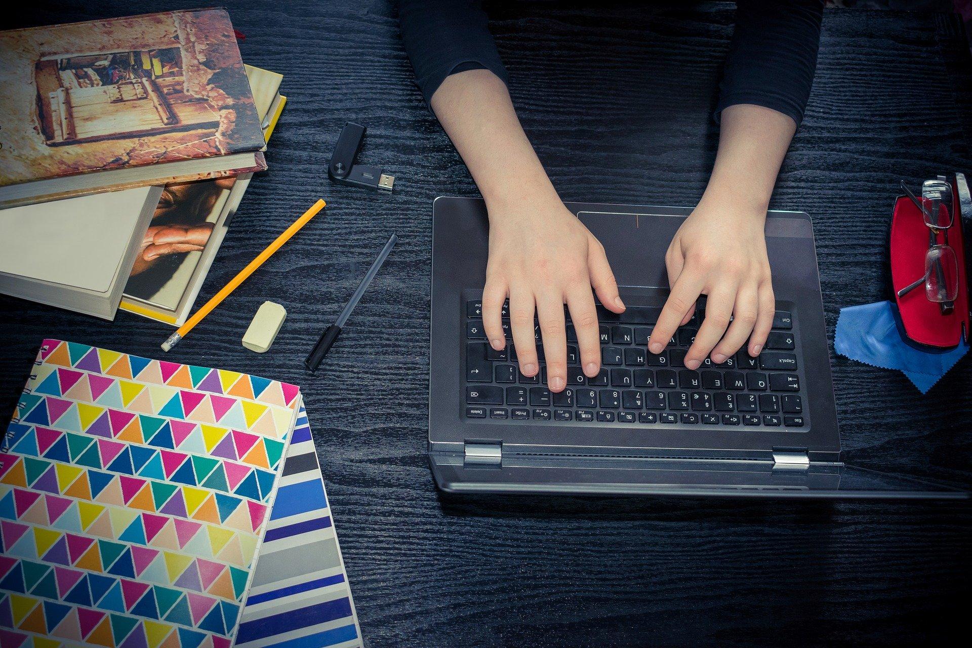 chica estudiando con ordenador portátil