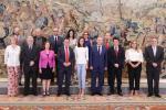 Conjunto de personas durante la recepción de la Reina Letizia